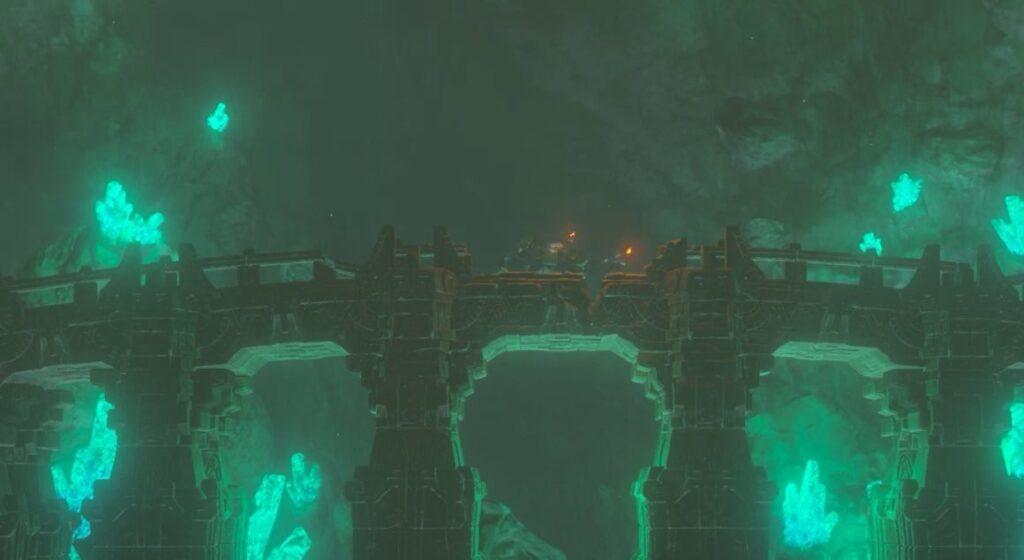 Riesige mit Leuchtsteinen übersetzte Höhlen und eine große steinerne Brücke.